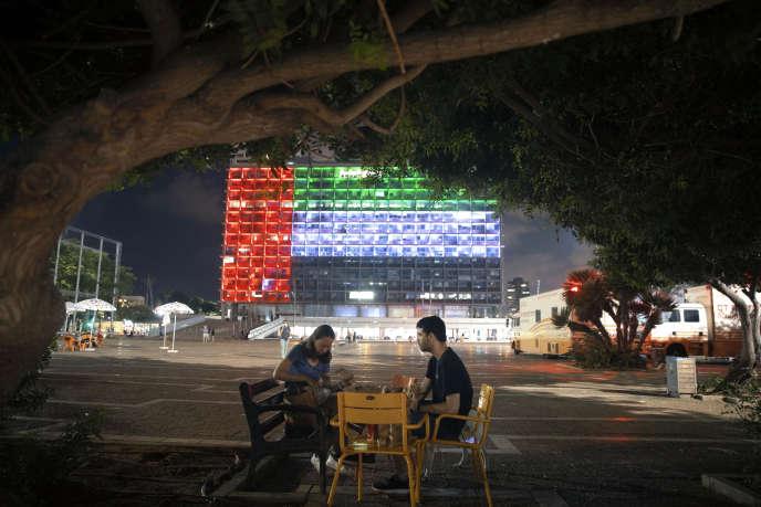La façade de l'hôtel de ville de Tel Aviv affiche les couleurs des drapeaux israélien et émirati, à l'occasion de l'annonce de l'Accord abrahamique le 13 août.